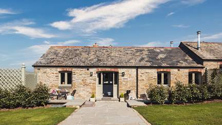 Trevear Shippen - 3.2 miles SE of Padstow, Sleeps 6 + cot in 3 Bedrooms
