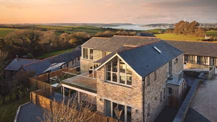 Rock View - 1.9 miles SE of Padstow, Sleeps 8 + cot in 4 Bedrooms