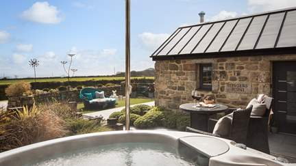 Fingers Point - 2.8 miles NE of Penzance, Sleeps 2 + cot in 1 Bedroom