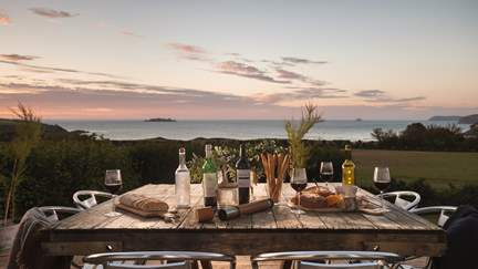Harlyn Beach House - 2.6 miles W of Padstow, Sleeps 8 + 2 cots in 4 Bedrooms