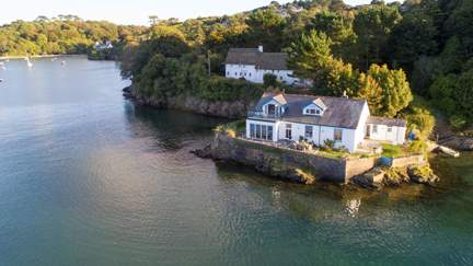 On the Rocks - Helford, Sleeps 12 + 2 cots in 6 Bedrooms