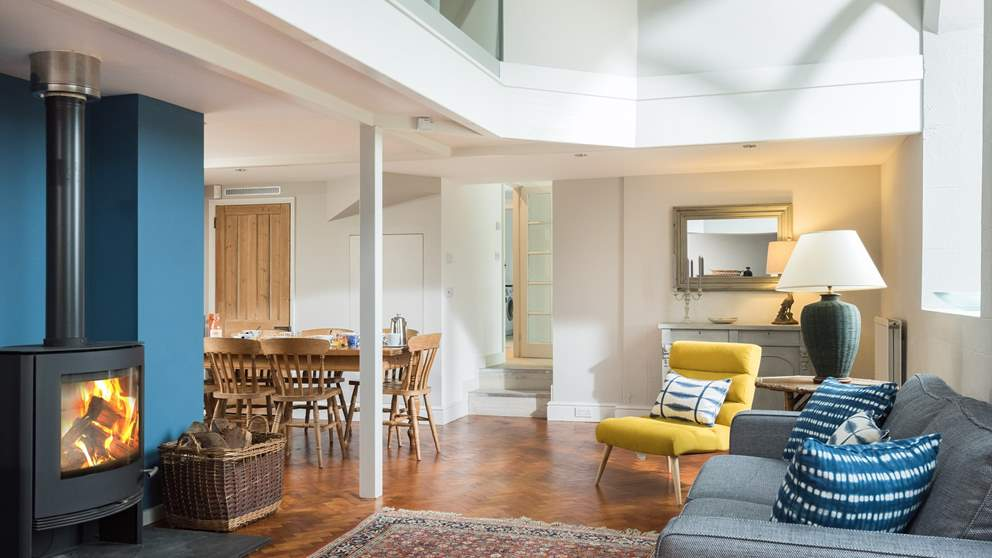 This open and airy space is ideal for relaxing in the evening with the family.