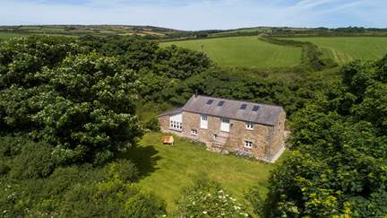 Lisbue Barn - 4.4 miles E of Sennen, Sleeps 4 + cot in 2 Bedrooms