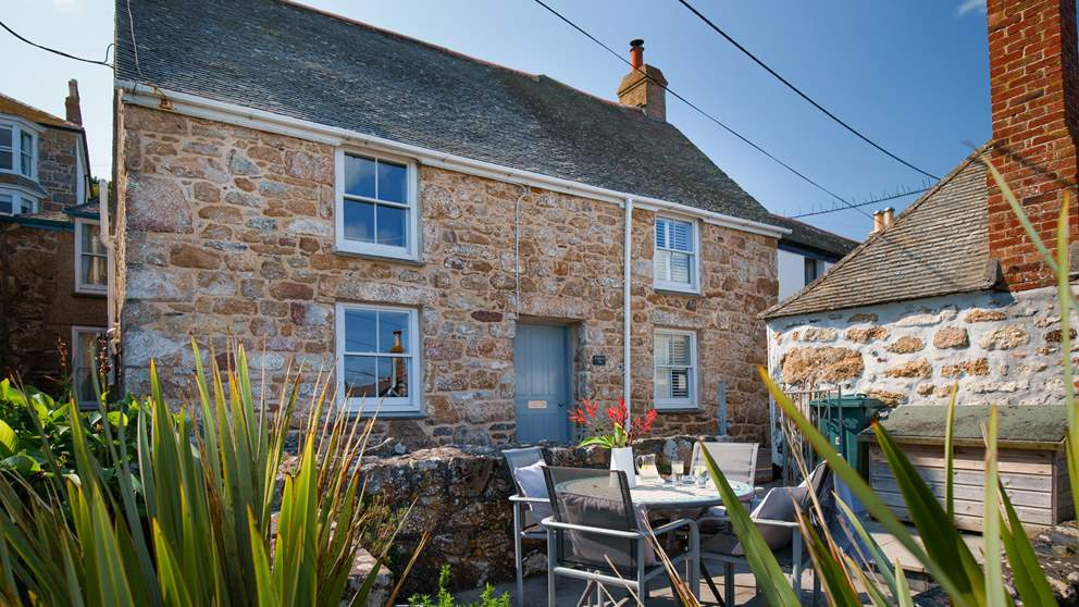 With its perfect position right on the sea front, Crabbers is a lovely seaside retreat for four in the fishing village of Mousehole.