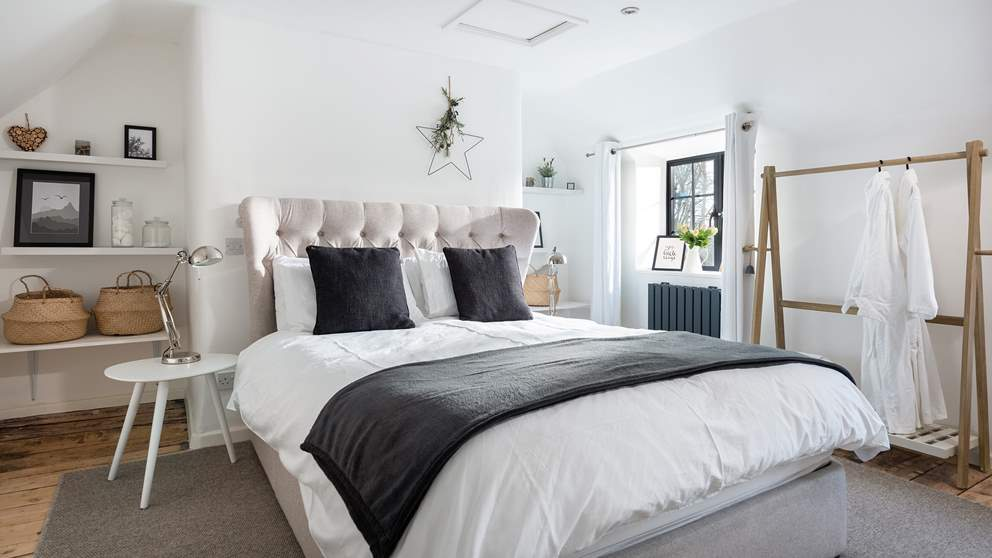 In the master bedroom, you will be greeted by a sumptuous king-sized bed and by a symphony of soft whites and pastels.