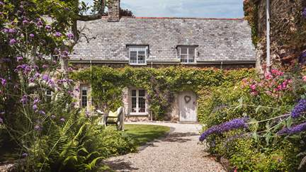 Place Barton - 6.6 miles SW of Exeter, Sleeps 12 + cot in 6 Bedrooms