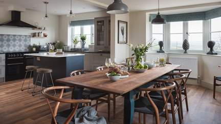 Chalklands - 5.3 miles NW of Weymouth, Sleeps 9 + cot in 5 Bedrooms