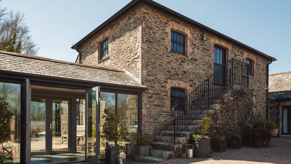Set on the gorgeous Roseland Peninsula, this is a stunning barn conversion for six