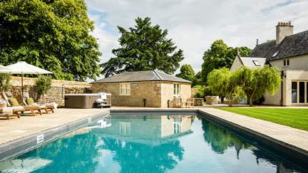 Spellbound - 5.3 miles SE of Cirencester, Sleeps 10 + cot in 5 Bedrooms