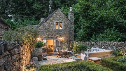 Shepherds Cottage - 1.1 miles S of Chipping Campden, Sleeps 4 + cot in 2 Bedrooms