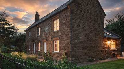 Bramble Cottage - 9 miles W of Banbury, Sleeps 4 + cot in 2 Bedrooms