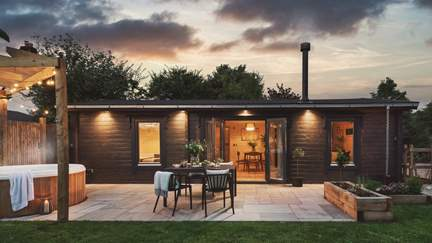 Orchard Lodge - 3 miles S of Calne, Sleeps 4 + cot in 2 Bedrooms