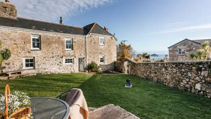 Little Tolver - 1.9 miles NW of Marazion, Sleeps 4 + cot in 2 Bedrooms