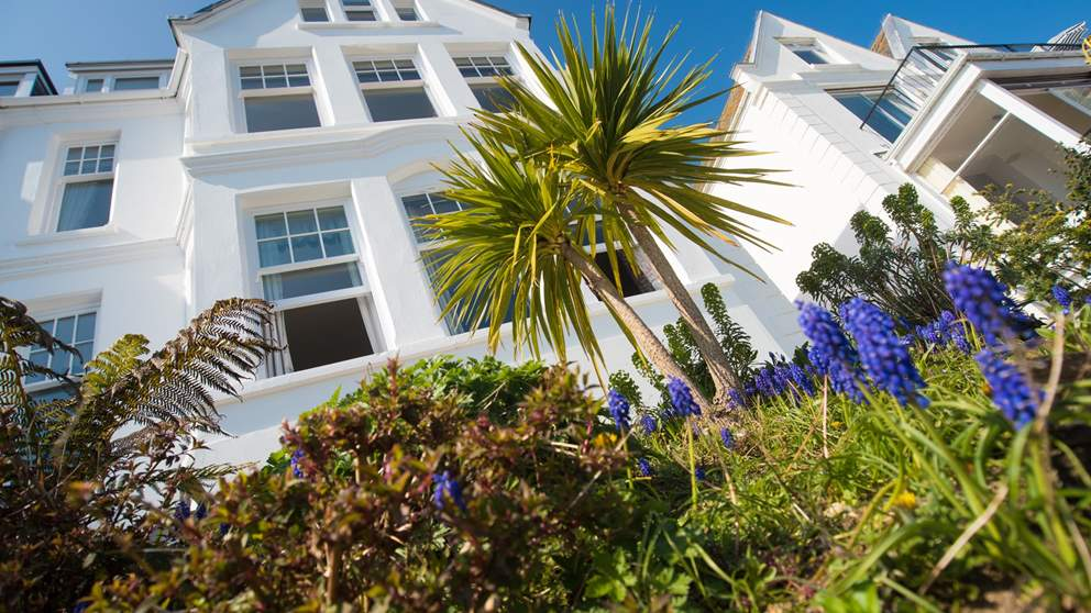 Dolly's Plaice is a deliciously stylish ground floor apartment set right on the seafront overlooking the water.